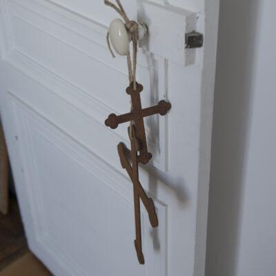 Croix en métal rouillé