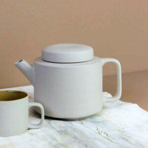 théière en céramique blanche